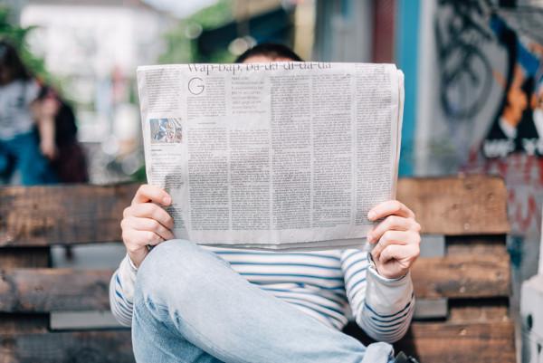 Persona che legge giornale
